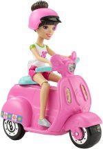 Barbie on the Go baba járművel - Barna hajú baba rózsaszín robogóval