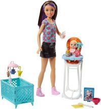 Barbie Skipper: fánkos pólós Barbie bébiszitter etetőszékben ülő kisbabával