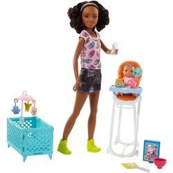 Barbie Skipper: barna bőrű Barbie bébiszitter etetőszékben ülő kisbabával és kisággyal