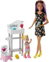 Barbie Skipper: lila-barna hajú Barbie fürdőszoba bútorral és egy kislánnyal