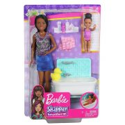 Barbie Skipper Babysitters - Lila pólós bébiszitter Barbie baba fürdõkáddal és kislánnyal